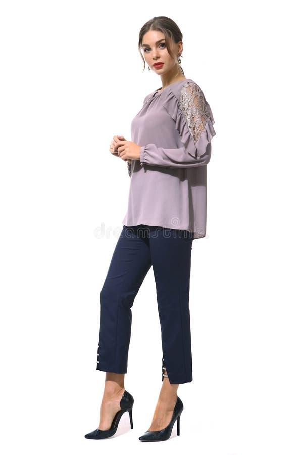 Travaillez comme employé la femme d'affaires de directeur dans le chemisier formel et des pantalons courts image libre de droits