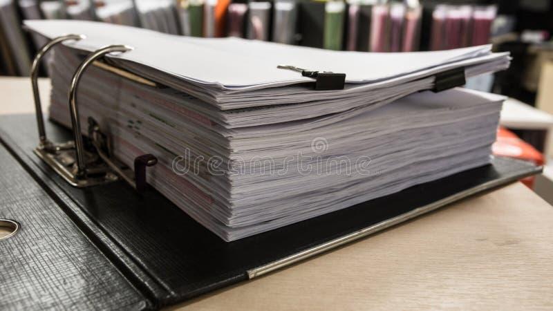 Travaillez dur, sort de travail, piles de papier de document et classez le folde photo libre de droits
