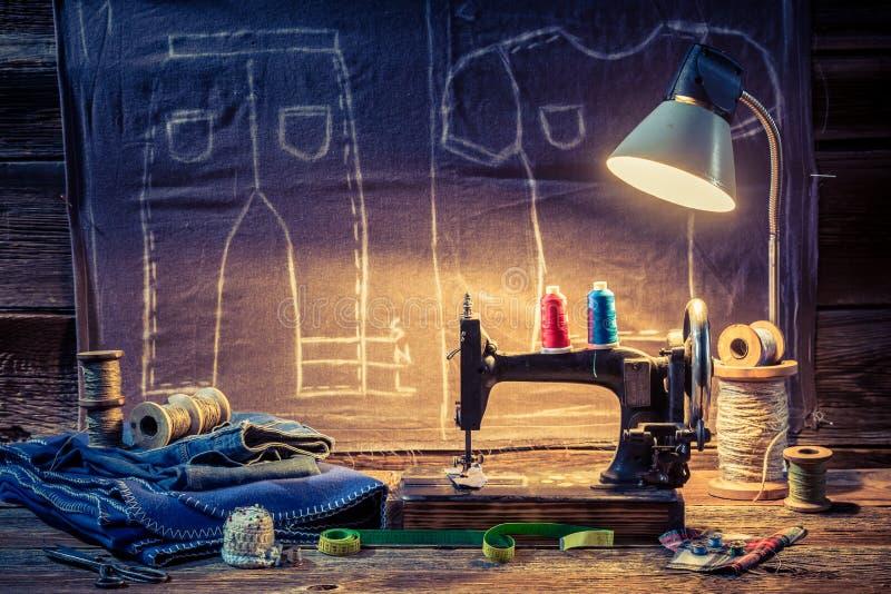 Travaillez l'atelier avec le tissu, la machine à coudre et les ciseaux illustration de vecteur