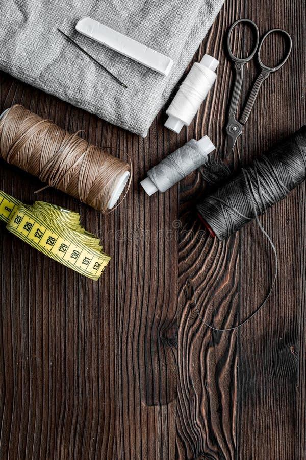 Travaillez l'espace de travail avec la couture et le dos en bois de bureau d'outils faits main image stock