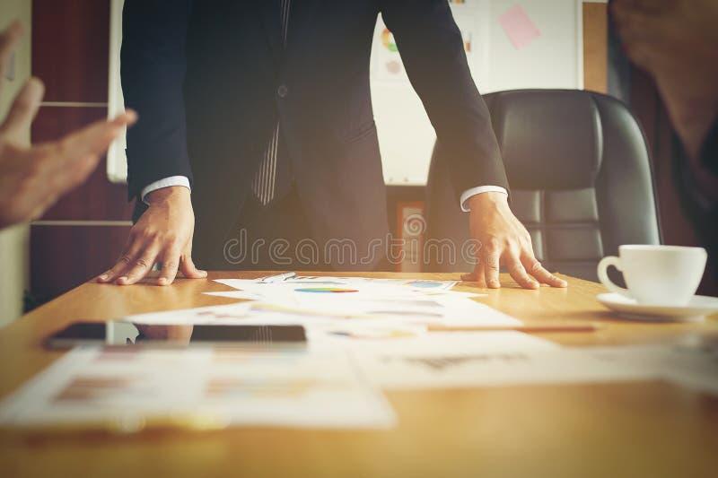 Travaillez les bureaux, les lieux de travail, les affaires et le travail industriel Le travail d'équipe est une grande équipe d'h photos stock