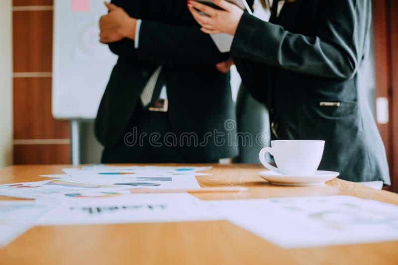 Travaillez les bureaux, les lieux de travail, les affaires et le travail industriel Le travail d'équipe est une grande équipe d'h image libre de droits