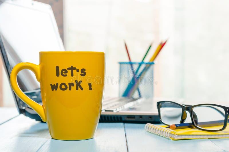 Travaillons - le concept d'affaires avec le texte sur le café de matin ou la tasse de thé jaune Image horizontale image libre de droits