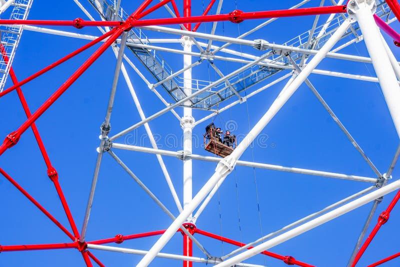 Travaux ayant beaucoup d'étages sur la tour électrique contre le ciel photo stock