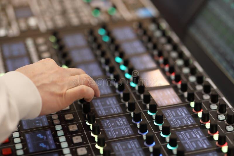 Travaux d'ingénieur du son sur le mélangeur audio numérique moderne photographie stock libre de droits