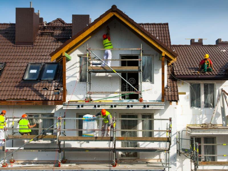 Travaux d'isolation thermique et de peinture de façade photographie stock