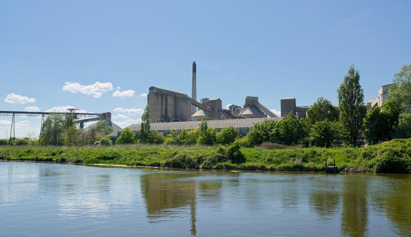 Travaux de ciment de Cemex, rivière et convoyeur aérien, Ferriby du sud, Barton sur-Humber LE R-U image libre de droits