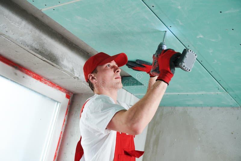 Travaux de construction de plafond suspendu de gypse photographie stock libre de droits