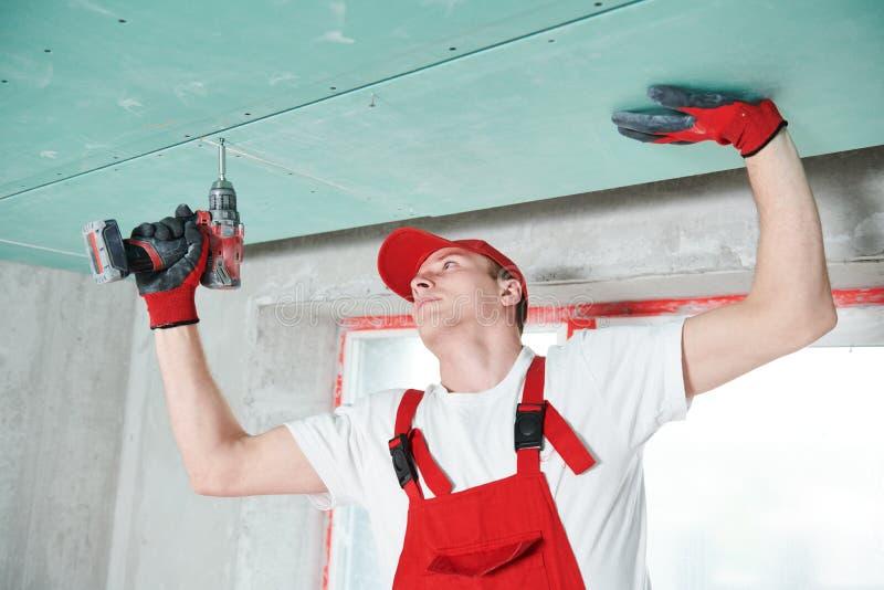 Travaux de construction de plafond suspendu de gypse photographie stock