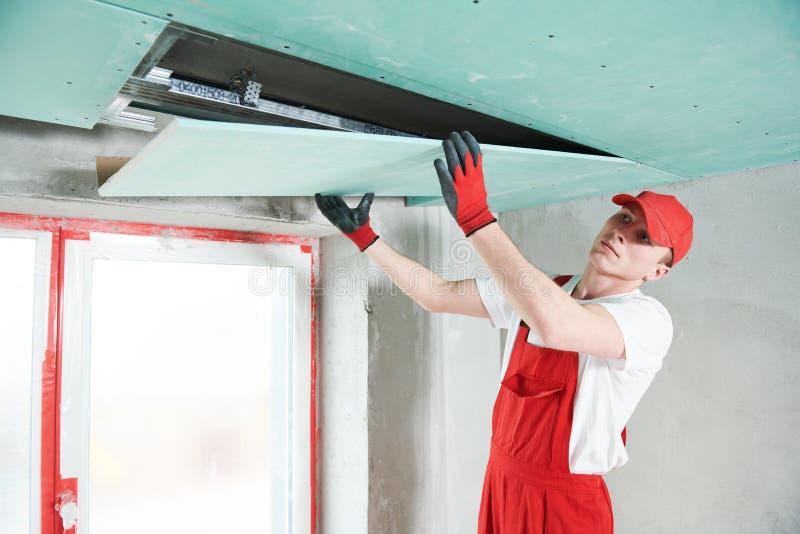 Travaux de construction de plaque de plâtre de gypse au plafond suspendu image stock