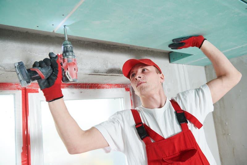 Travaux de construction de plaque de plâtre de gypse au plafond suspendu photographie stock