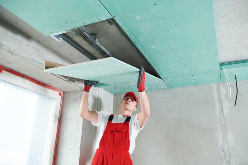 Travaux de construction de plaque de plâtre de gypse au plafond suspendu images libres de droits