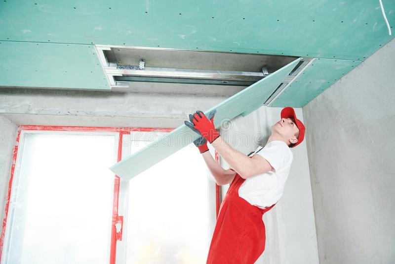 Travaux de construction de plaque de plâtre de gypse au plafond suspendu photo stock