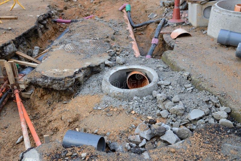 Travaux de construction sur la rue, eaux d'égout photos stock