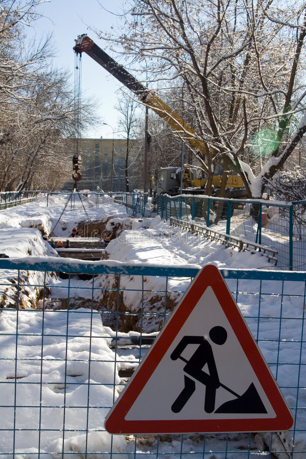 Travaux de route à la ville de l'hiver photos libres de droits