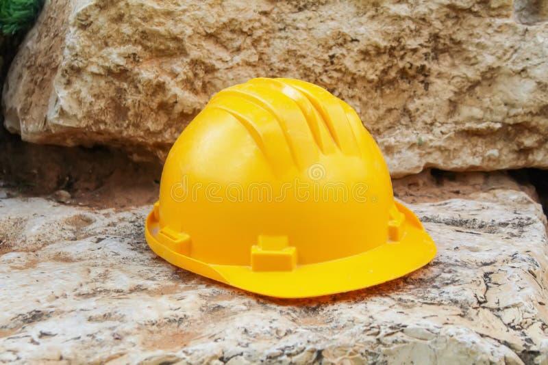 Travaux de sécurité, construisant : Casque de chapeau de construction, travailleur de casque antichoc, ingénieur images libres de droits