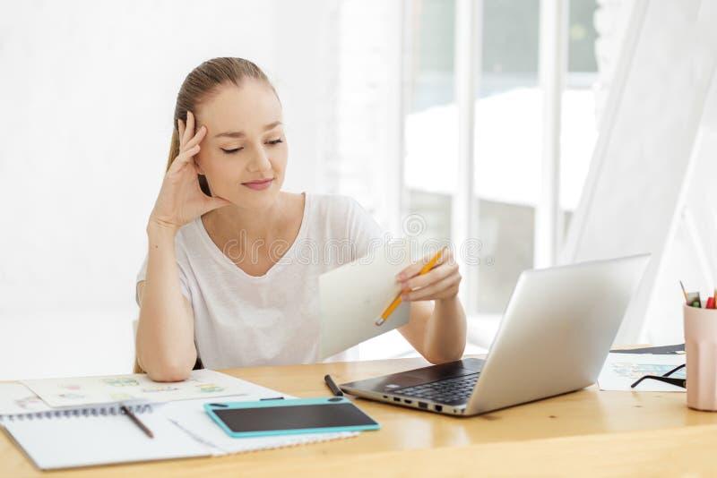Travaux doués de jeune femme dans le bureau Concept pour des affaires, travail, carrière photos stock