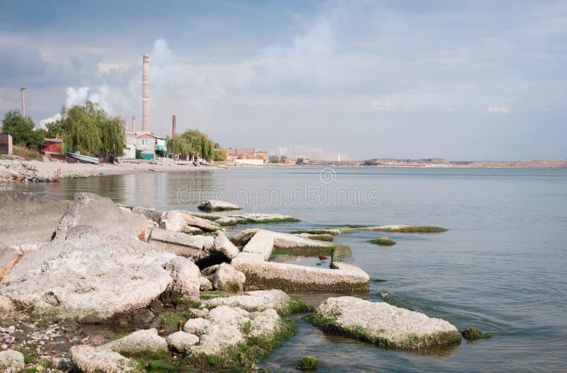Travaux métallurgiques avec de la fumée. Mariupol, Ukraine image stock