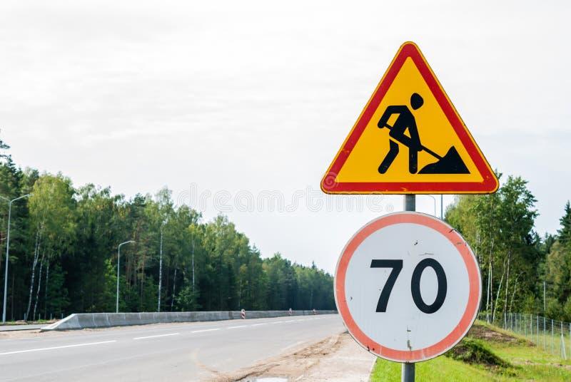 Travaux routiers provisoires de panneau routier du trafic, travaux en avant photo stock