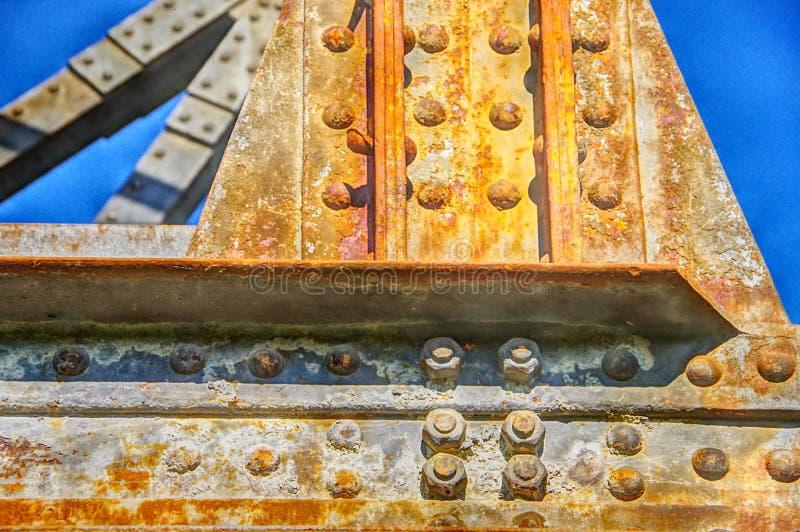 Trave di acciaio con la ruggine di volo ed il cielo di blu acciai immagine stock libera da diritti