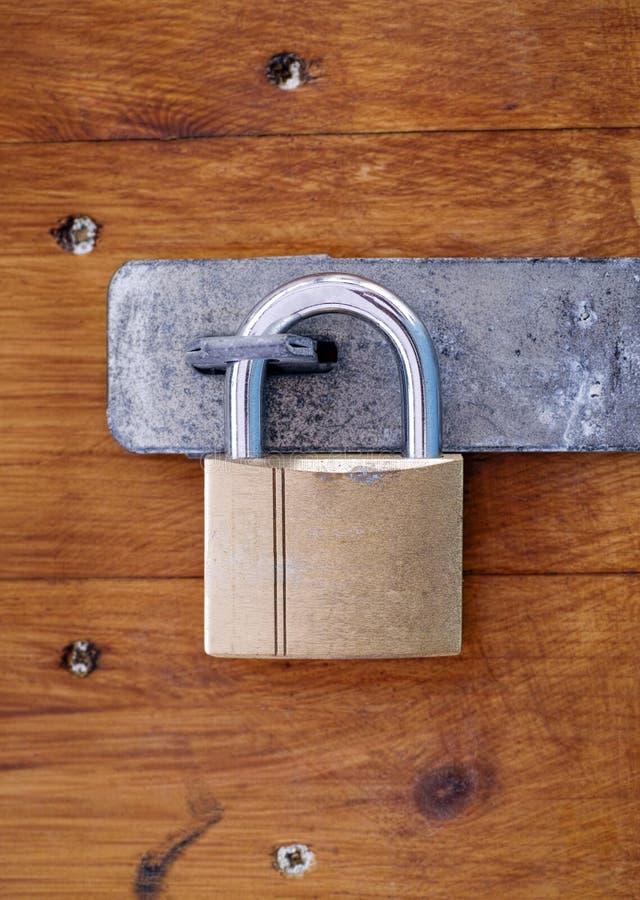 Trave na porta de madeira imagens de stock royalty free