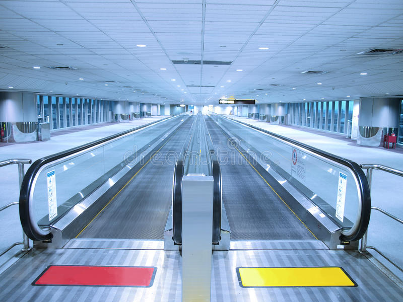 Travelator en lange gang stock afbeeldingen