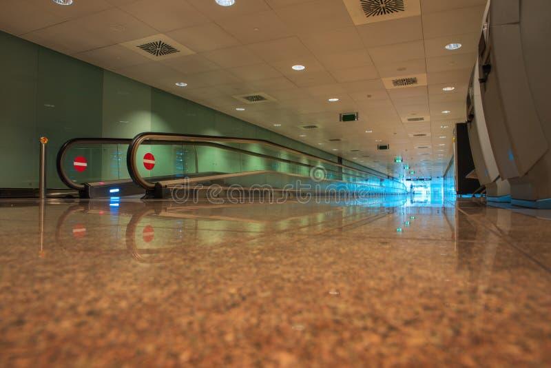 Travelator no terminal de aeroporto imagens de stock royalty free