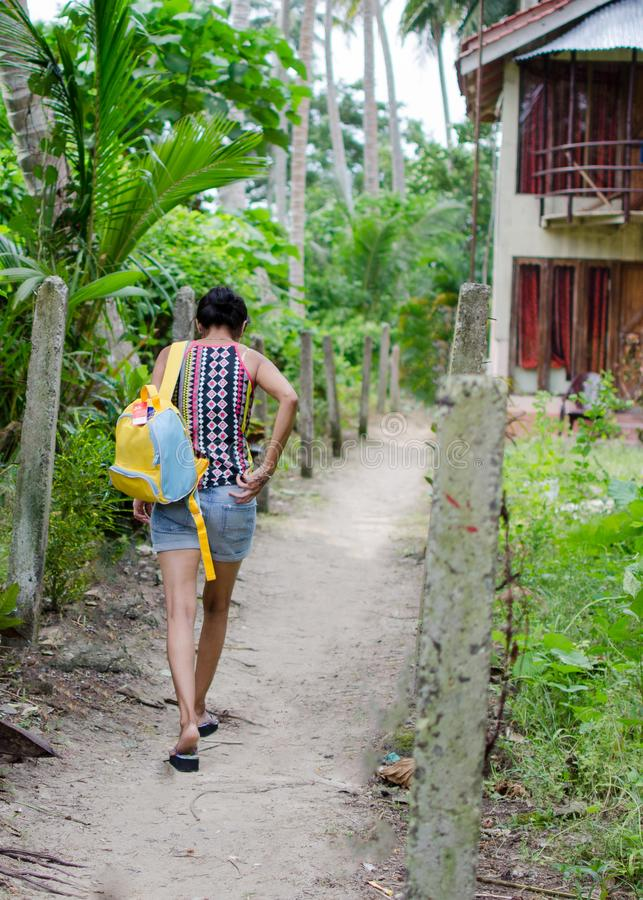 Traveler夫人步行沿着向下狭窄的道路的 库存照片