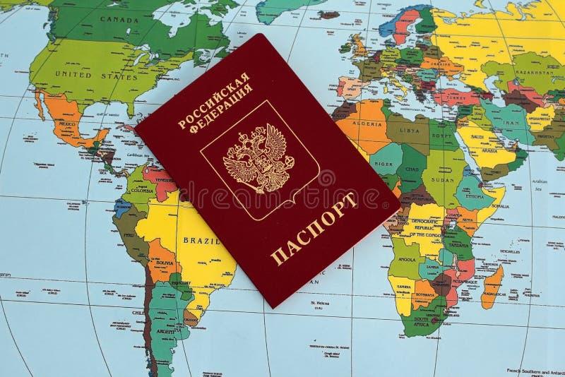 Traveller& x27; accesorios de s en el fondo del mapa del mundo, visión superior Concepto del planeamiento del viaje imagen de archivo libre de regalías