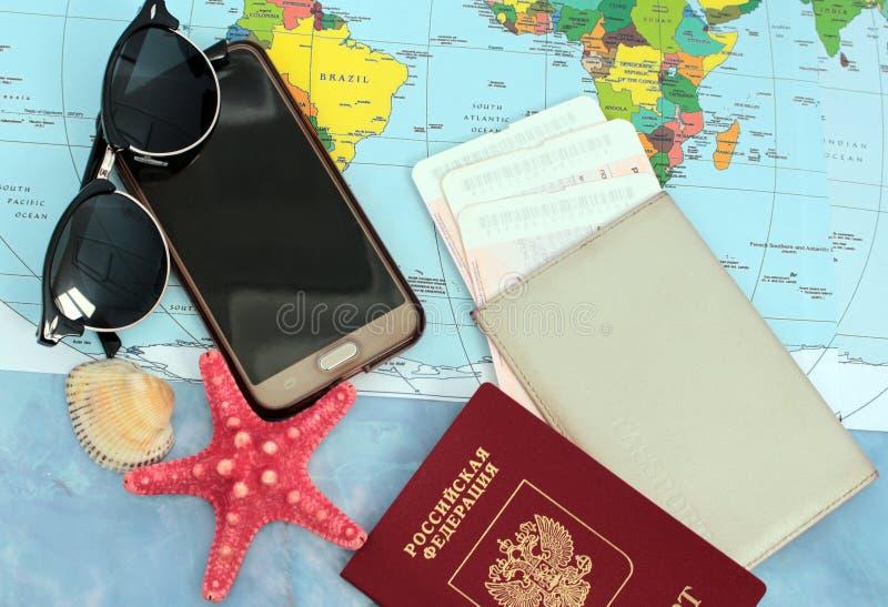 Traveller& x27; s-tillbehör på världskartabakgrund, bästa sikt Loppplanläggningsbegrepp royaltyfri foto