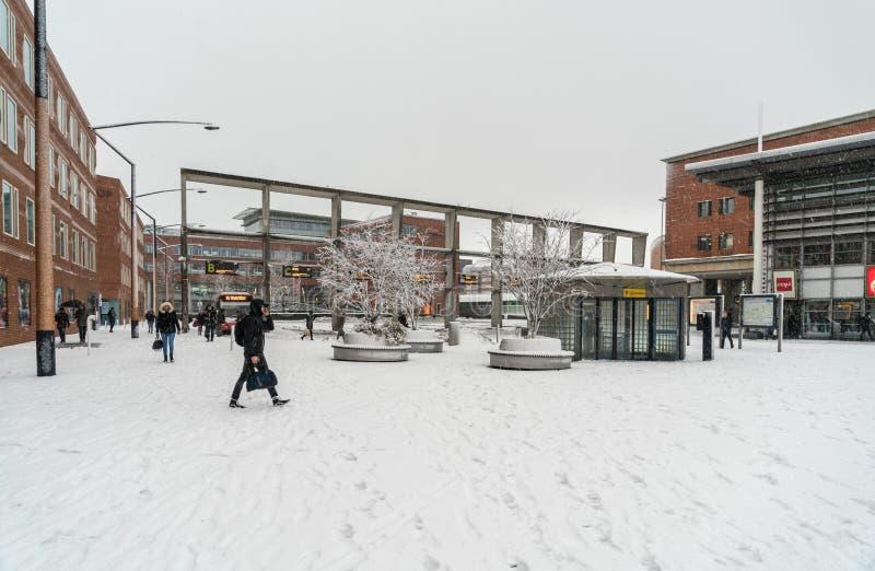 Travelors, das die Bahnhöfe, während eines schneebedeckten Tages einträgt und lässt stockbild