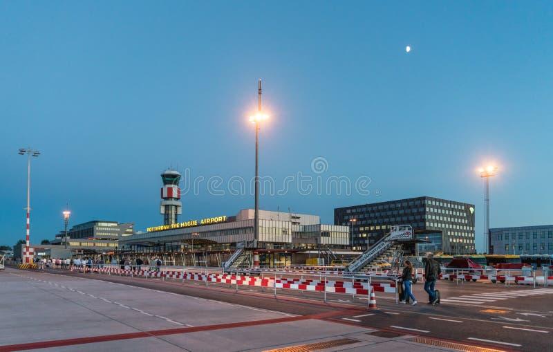 Travelors que camina al edificio principal del aeropuerto de Rotterdam La Haya foto de archivo libre de regalías