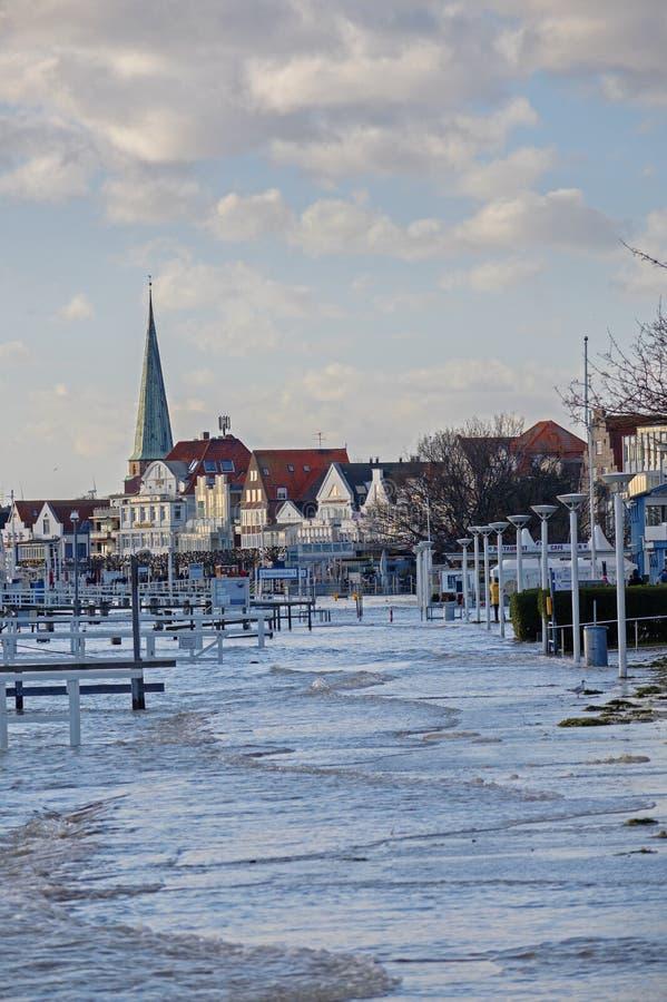 TRAVEMUENDE, NIEMCY, STYCZEŃ 2, 2019: wysoka woda zalewał deptaka w sławnym turystycznym grodzkim Travemuende przy Bałtyckim zdjęcie stock