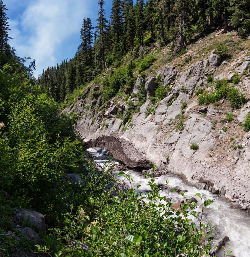 Traversée de la rivière dangereuse photo stock