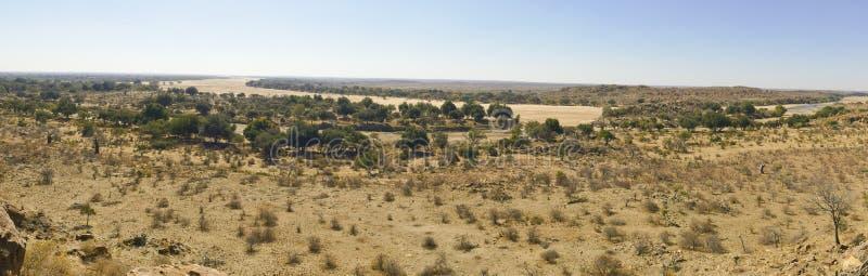Traversée de la rivière du Limpopo le paysage de désert de la nation de Mapungubwe image stock