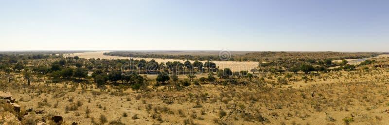 Traversée de la rivière du Limpopo le paysage de désert de la nation de Mapungubwe image libre de droits