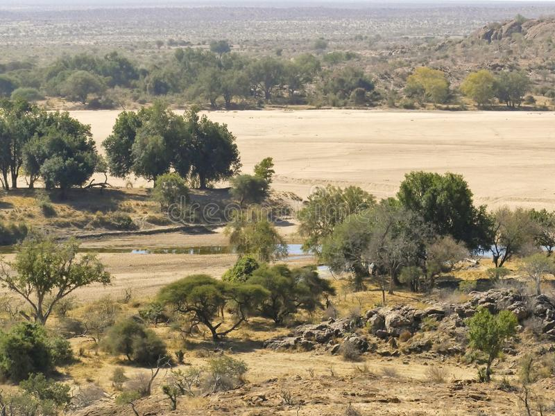 Traversée de la rivière du Limpopo le paysage de désert de la nation de Mapungubwe photo stock