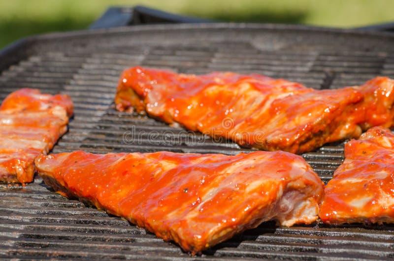 Travers de porc sur le gril avec la marinade chaude image libre de droits