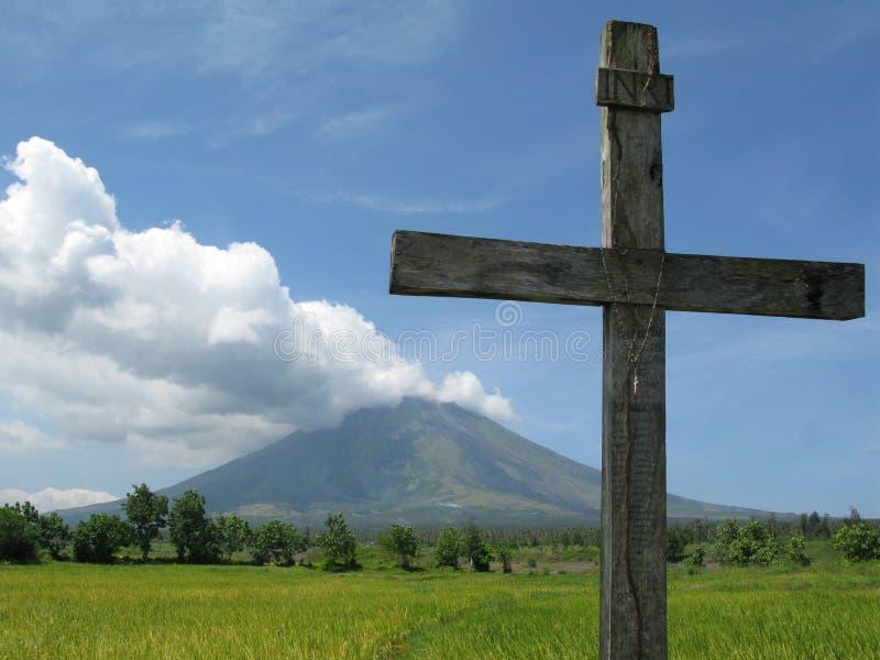 Traversa contro il Mt. Mayon immagini stock libere da diritti