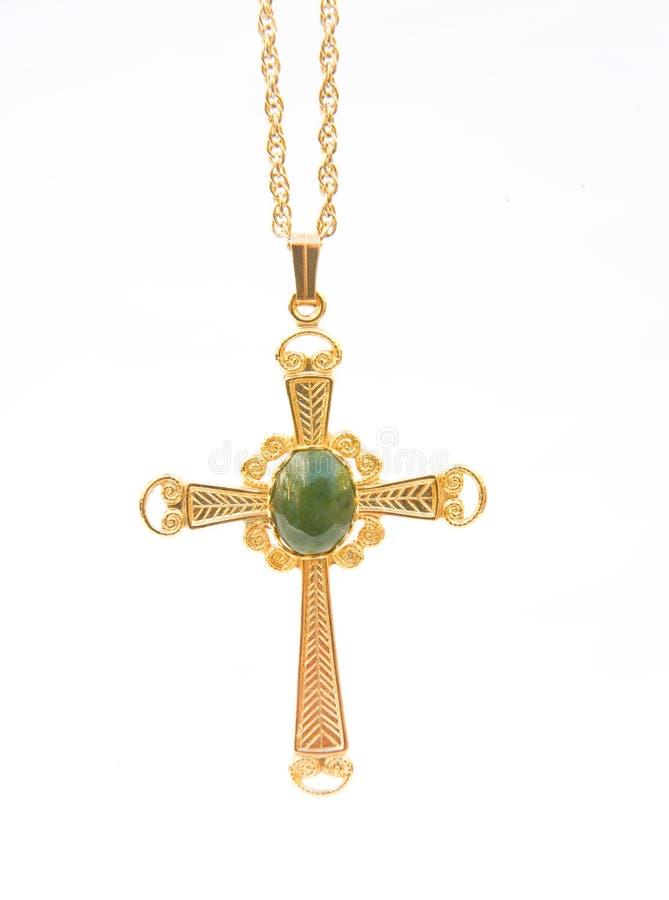 Traversa cristiana dell'oro con la pietra di gemma verde. fotografia stock libera da diritti