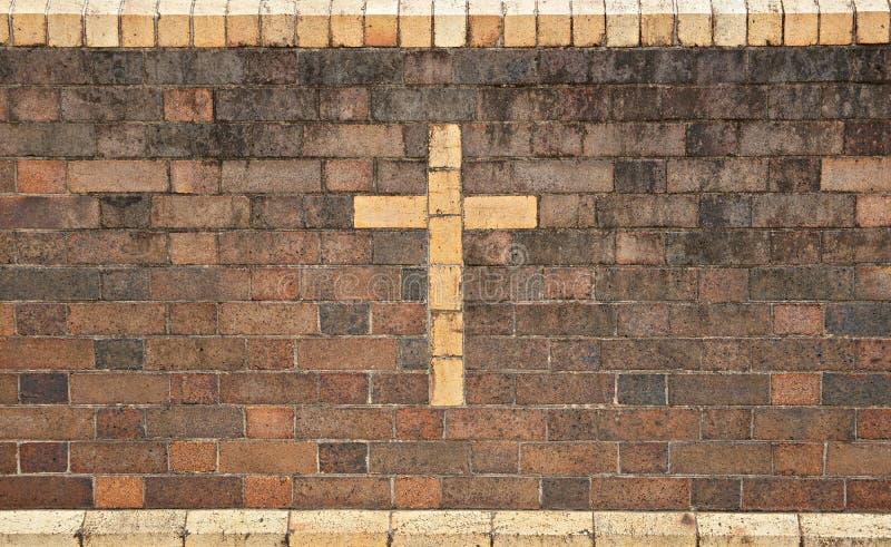 Traversa cristiana in muro di mattoni fotografia stock libera da diritti