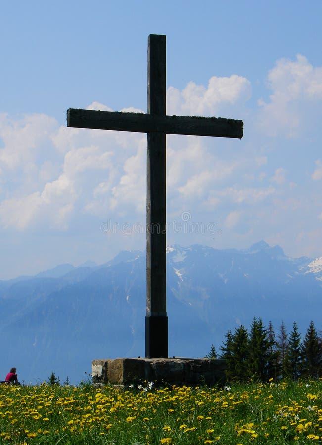 Traversa nelle montagne immagini stock libere da diritti