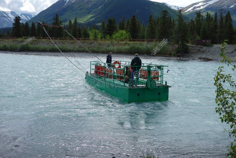Traverser la rivière russe en Alaska photographie stock