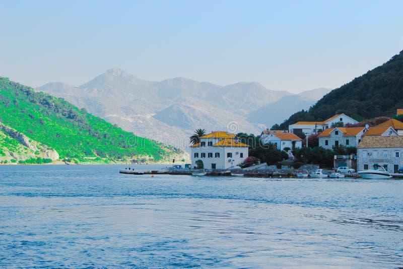 Traverser la rivière sur un ferry images libres de droits