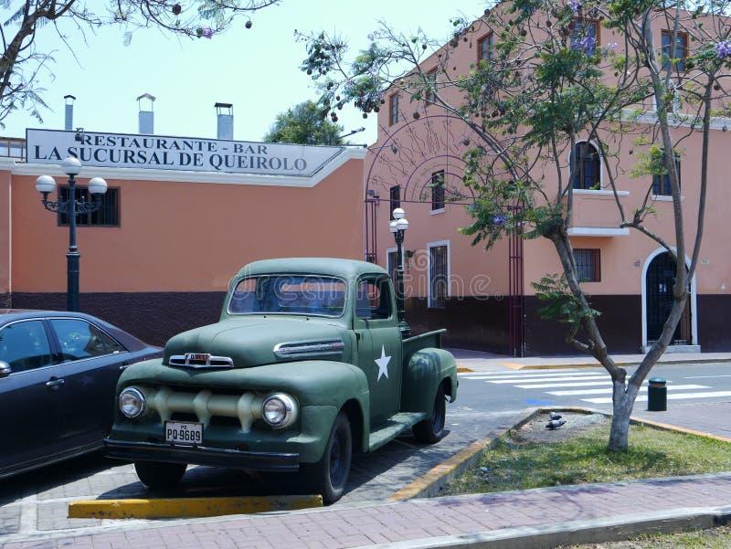 Traversez à gué le camion pick-up F-1 avec une étoile blanche dans une exposition de voitures de vintage lima photos stock