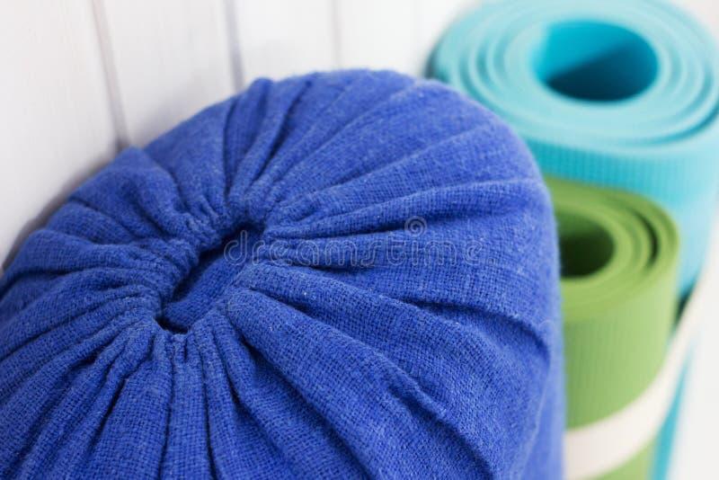 Traversin et tapis de yoga photo stock