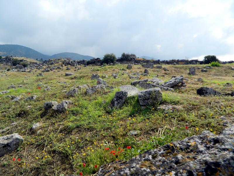 Travertijnrotsen en oud landschap, Pamukkale stock foto
