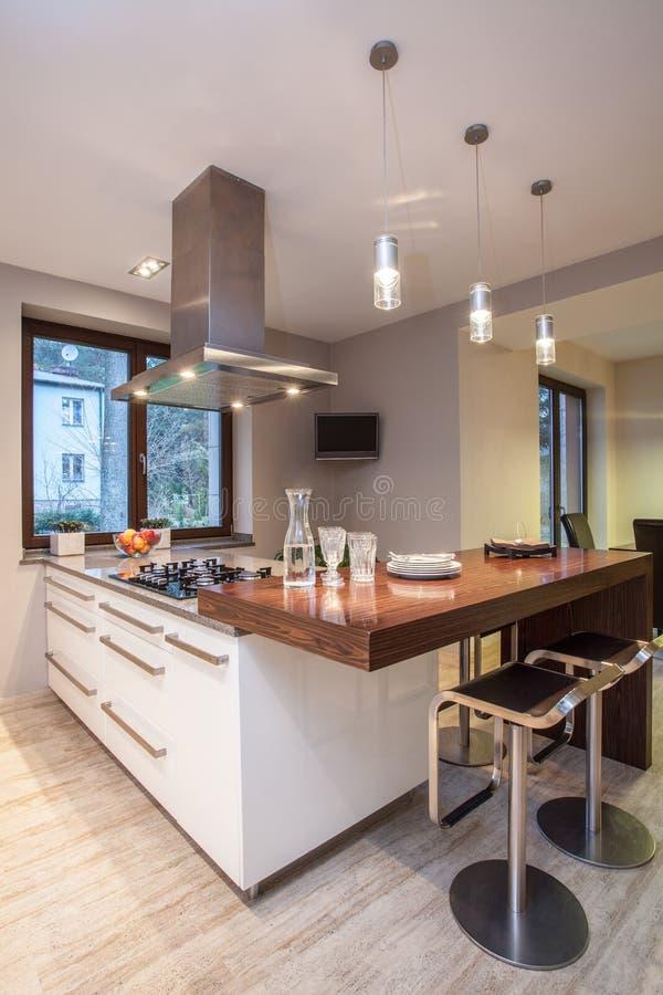 Travertinhaus - Küche mit Fernsehapparat stockbild