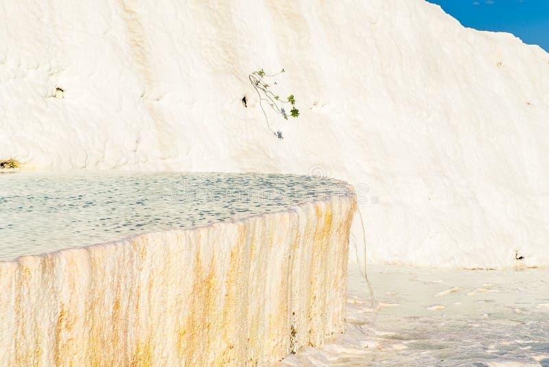 Travertinos do carbonato com água azul, Pamukkale imagem de stock royalty free