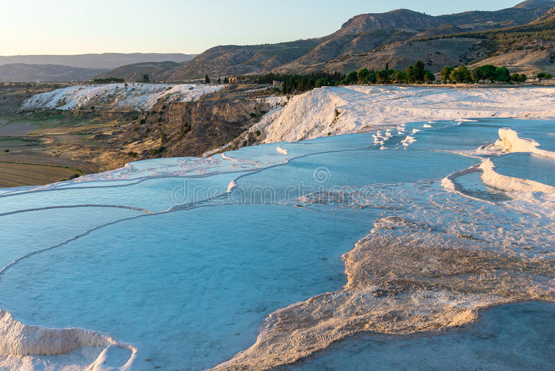 Travertinos do carbonato com água azul, Pamukkale fotografia de stock